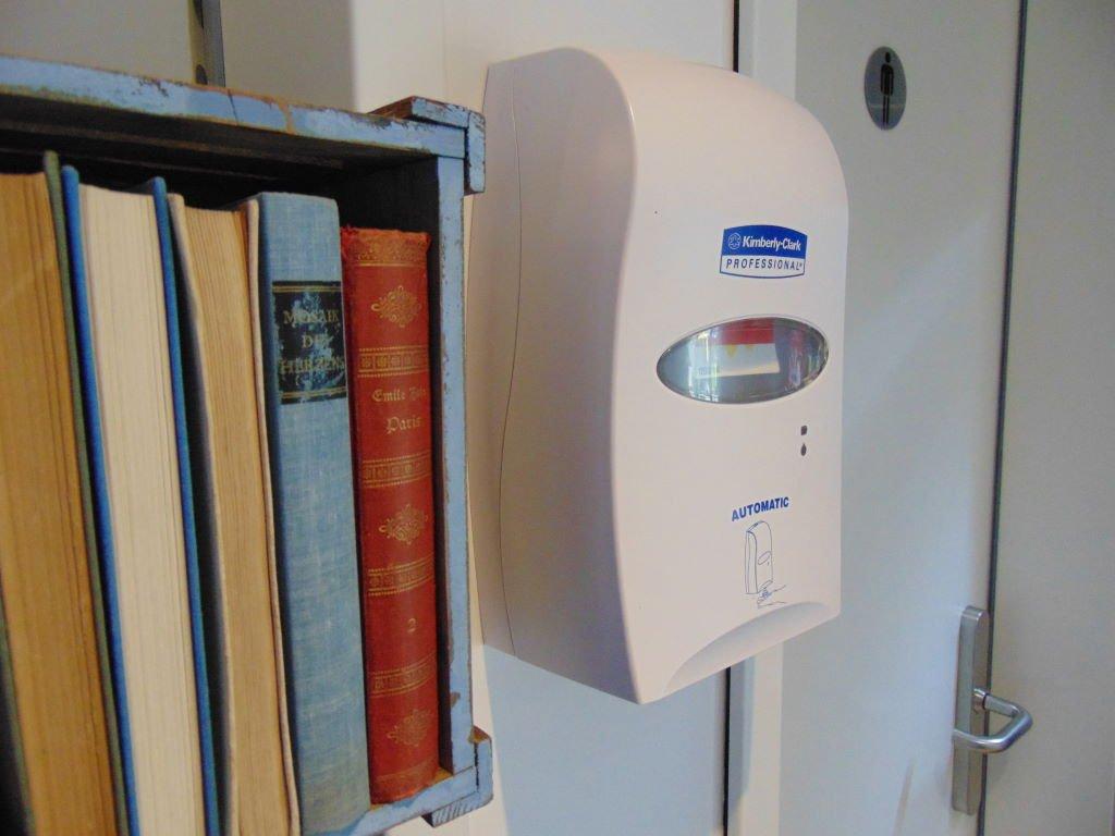 Desinfektionsspender im Book Hotel Leipzig